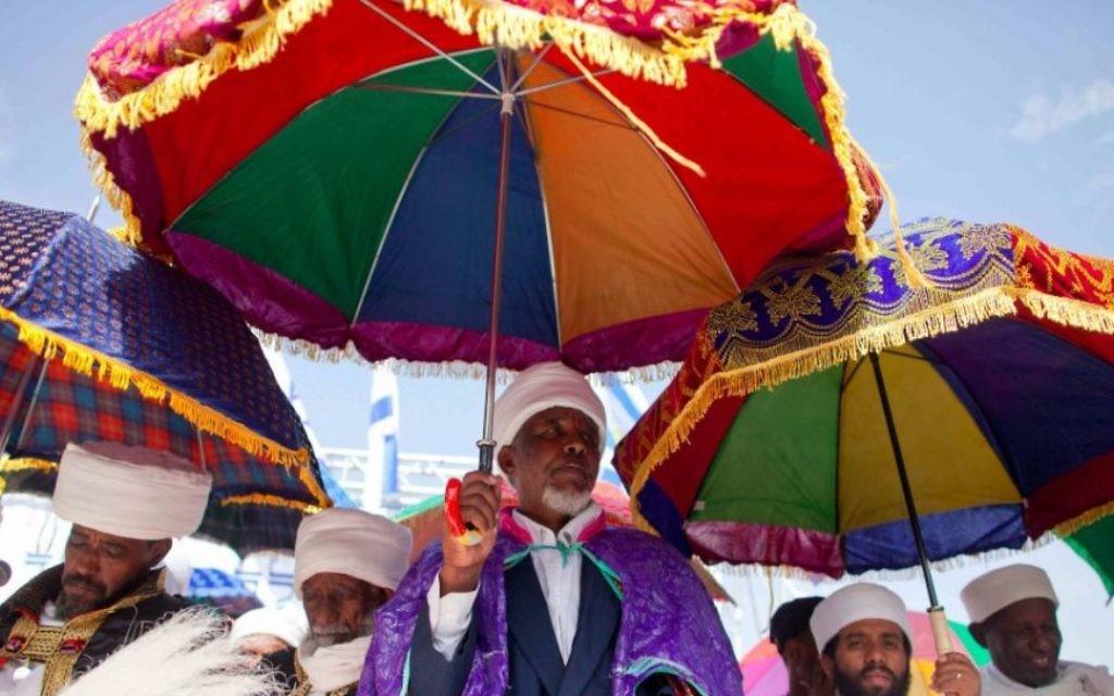 Plusieurs des Kesim, les dirigeants rabbiniques éthiopiens, à une fête du Sigd passé au Haas Promenade de Jérusalem où des milliers se rassemblent pour prier et réciter les Psaumes (Crédit : flash 90)