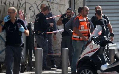 Des policiers sur le lieu de l'attaque terroriste où un soldat israélien de 20 ans a été poignardé à la station Hahagana à Tel Aviv - 10 novembre 2014 (Crédit : Flash 90)