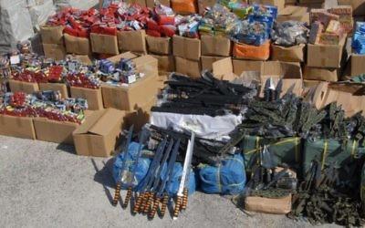 Armes saisies dans le port d'Ashdod le 20 novembre, 2014. (Crédit : Porte-parole de la police)