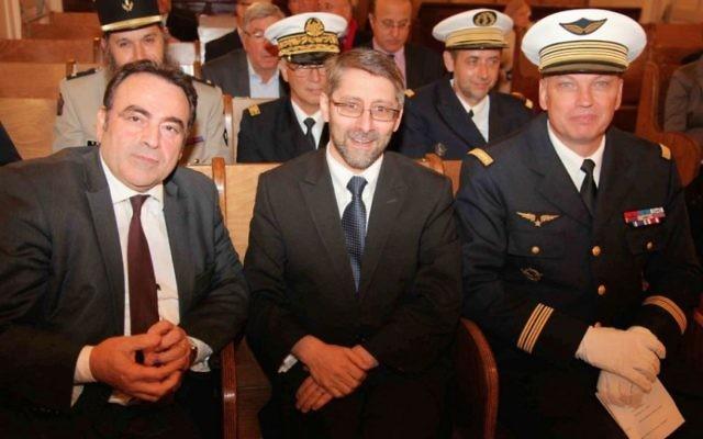 Le Grand Rabbin Haim Korsia (au centre), avec le président du Consistoire Joël Mergui (à gauche), et les officiers de l'armée française dans une synagogue à Paris, le 6 novembre 2014. (Crédit : JTA / Alain Azria)