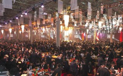 Cette année la conférence des émissaires de Chabad commémorait les 20 de la mort de leur fondateur Rebbe Schneerson et a eu lieu le 23 novembre dans un entrepôt à New York (Crédit : Adam Ben Cohen/Chabad.org)