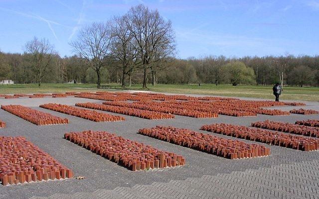 Des milliers de pierres avec l'étoile de David pour commémorer les 100 000 Juifs passés par le camp de Westerbork (Crédit : Vanrijnr/Wikimedia Commons)