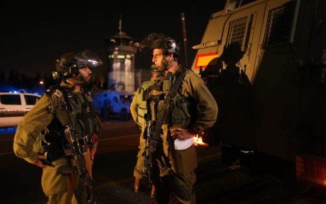 Des soldats israéliens à l'entrée du village Al-Aroub où a eu lieu l'incident d'hier (Crédit : Nati Shohat/Flash90)