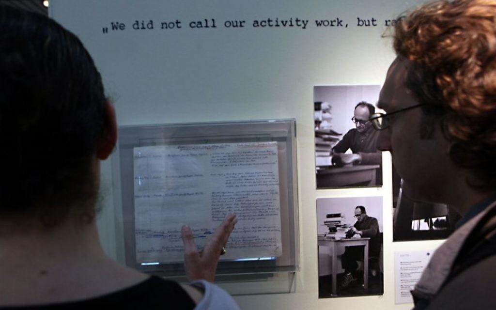 Une exposition à Yad Vashem en 2011 pour le 50e anniversaire de la piste d'Adolf Eichmann à Jérusalem. Son journal intime et des photos de son procès sont présentés. (Crédit : Yossi Zamir / Flash90)