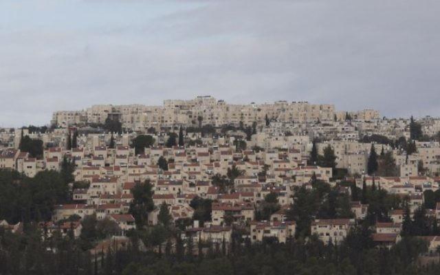 Vue sur le quartier de Ramot à Jérusalem, dont une large partie se trouve sur la Ligne verte. (Crédit : Yonatan Sindel / Flash90)