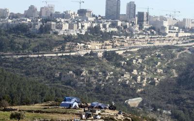 Un campement palestinien à l'extérieur du village de Beit Iksa, près de Jérusalem (Crédit : Issam Rimawi / flash 90)