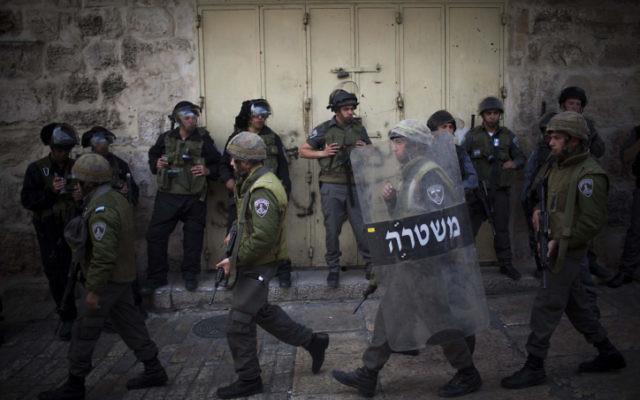 Des agents de la police des frontières dans la Vieille Ville de Jérusalem (Crédit : Yonatan Sindel/Flash90))