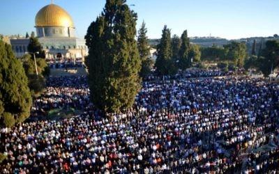 Des milliers de Palestiniens prient à l'extérieur de la mosquée d'Al-Aqsa, au sommet du mont du Temple dans la Vieille Ville de Jérusalem, lors de la fête musulmane de l'Aïd Al-Adha en octobre 2014. (Crédit : Sliman Khader / FLASH90)
