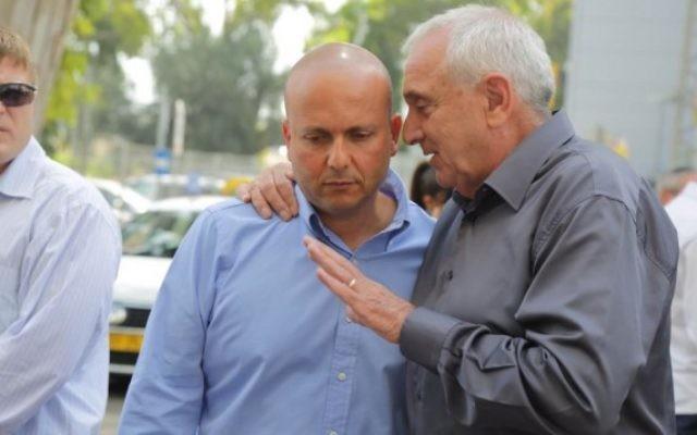 Le maire d'Ashkelon Itamar Shimoni (à gauche) avec le ministre de la Sécurité intérieure Yitzhak Aharonovitch, en mai 2014. (Crédit : Edi Israël/Flash90)