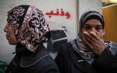 Des membres de la famille prenant le deuil de Hijazi près de son domicile d'Abu Tor à Jérusalem, le 30 octobre 2014 (Crédit : Hadas Parush/ Flash90)