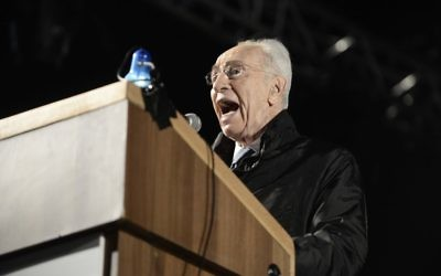 Shimon Peres sur la place Rabin à Tel Aviv - 1er novembre 2014 (Crédit : Flash 90)