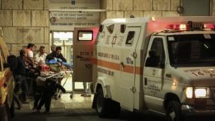 Les soldats israéliens sont évacués à l'hôpital Hadassah Ein Kerem à Jérusalem après avoir été percutés par un chauffeur palestinien près du village de Cisjordanie de Al Aroub près de la jonction de Gush Etzion, à l'extérieur de Jérusalem. (Crédit : Hadas Parush / Flash90)