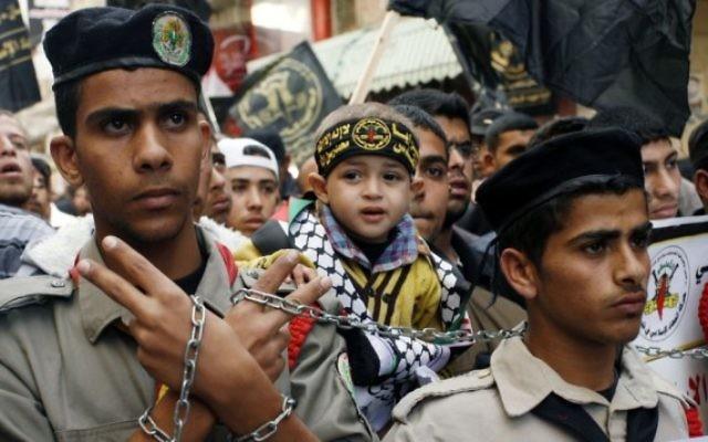 Des partisans palestiniens du Jihad Islamique participent à une manifestation anti-Israël contre les récentes visites de militants juifs au mont du Temple, à Khan Younis, au sud de la bande de Gaza, le 7 novembre 2014 (Crédit : Abed Rahim Khatib / Flash90)