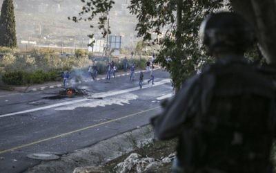 Les émeutiers jettent des pierres sur la police des frontières israélienne, à l'entrée du village arabe de Kfar Kanna dans le Nord d'Israël, le 8 novembre 2014. (Crédit : Hadas Parush / Flash90)