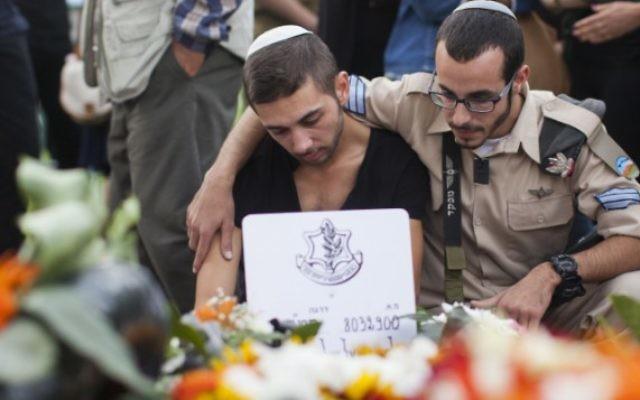 Le frère jumeau d'Almog Shiloni à l'enterrement de son frère, le 11 novembre 2014. (Crédit : Flash 90)