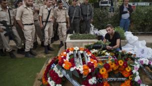 Le frère jumeau d'Almog Shiloni à l'enterrement de son frère. - 11 novembre 2014 (Crédit : Flash 90)