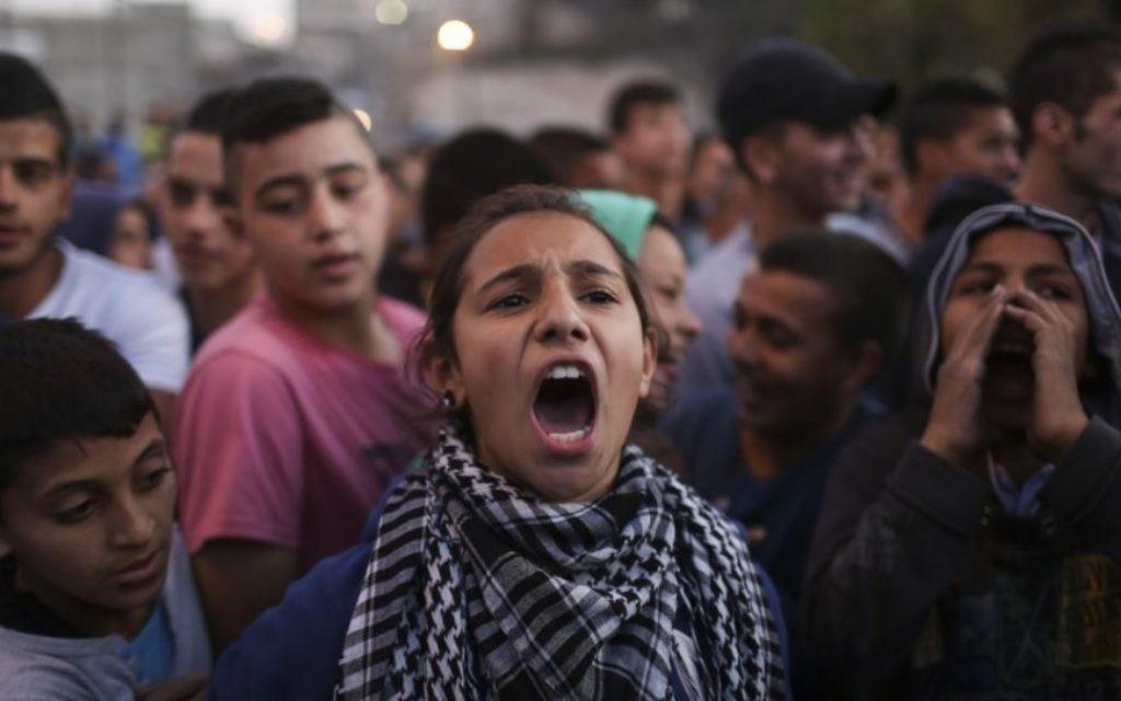 Des Palestiniens protestent à Issawiya, à Jérusalem-Est, contre l'interdiction d'introduire du ciment à l'entrée du village suite à une attaque terroriste à Jérusalem-Ouest, le 12 novembre, 2014. (Crédit:  Hadas Parush / Flash90)
