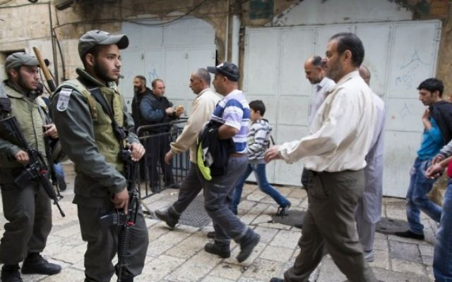 La police monte la garde pendant que les fidèles musulmans palestiniens se rendent à la mosquée Al-Aqsa, sur le mont du Temple, pour la prière du vendredi, le 14 novembre 2014. (Crédit : Yonatan Sindel/Flash90)