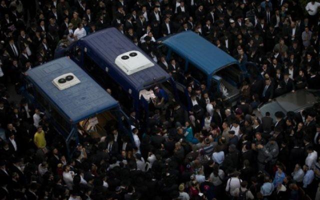 Les 3 cercueils de 3 victimes sur 4 de l'attentat terroriste contre la synagogue d'Har Nof (Crédit : Miraim Alster/Flash 90)