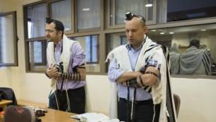 Naftali Bennett prie à la synagogue de Har Nof - 19 novembre 2014 (Crédit : Yonahan Sindel/Flash 90)