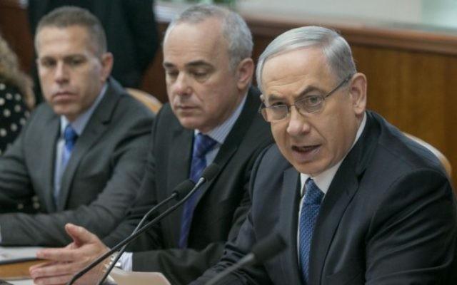 Benjamin Netanyahu, Yuval Steinitz et Gilad Erdan, lors de la réunion hebdomadaire du cabinet, à Jérusalem, dimanche 23 novembre (Crédit : Ohad Zwigenberg/POOL/FLASH90)