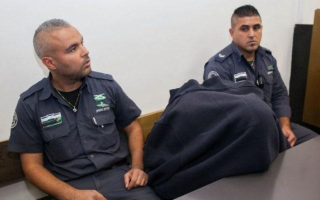 La garde-frontière accusé d'avoir tué un adolescent palestinien le 15 mai est emmené au tribunal de Jérusalem le 23 novembre 2014. (Crédit : Yonatan Sindel/Flash90)