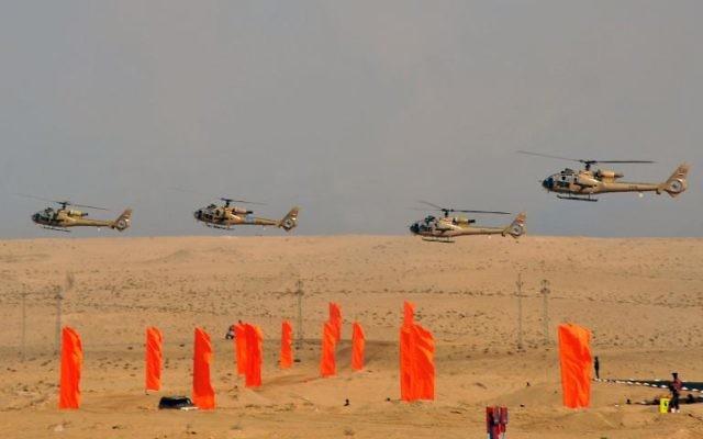 Hélicoptères de l'armée égyptienne survolant la péninsule du Sinaï, le 18 octobre 2012 (Crédit : Présidence égyptienne/AFP)