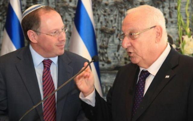 Rabbi Aaron D. Panken et le président israélien Reuven Rivlin (R), le 11 Novembre 2014 (Crédit : Isaac Harari)