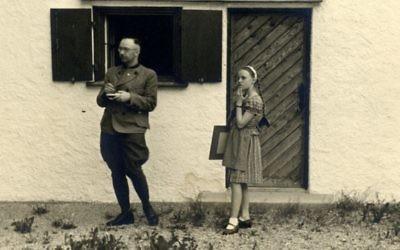 Himmler et sa fille Gudrun vers 1941 (Crédit : Kino Lorber, Ltd.)