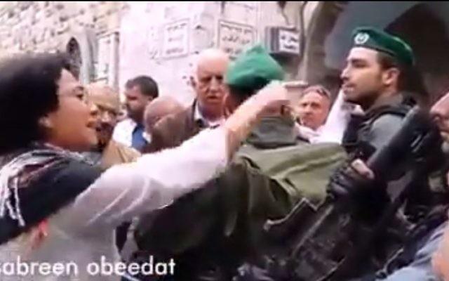 La députée Hanin Zoabi (Balad) invectivant la police au mont du Temple le 5 novembre 2014 (Crédit : Capture d'écran/0404 news)