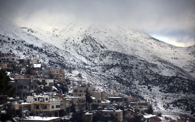 La vue sur le mont Hermon enneigé depuis le village de Majdal Shams (Crédit : Matanya TausigFlash90)