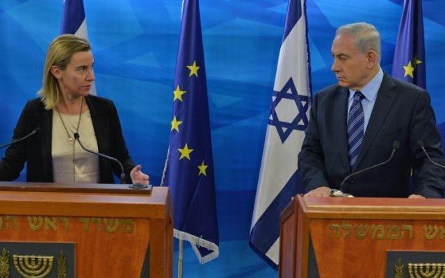 Le Premier ministre, Benjamin Netanyahu (à droite) et la Haute représentante de l'Union européenne aux Affaires étrangères et la Politique de sécurité (à gauche) à Jérusalem le 7 novembre 2014 (Crédit : Kobi GIdeon/GPO)
