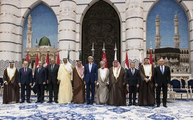 Le ministre des Affaires étrangères du Bahrein Sheik Khaled Ahmed al-Khalifa et le Ministre des Affaires étrangères du Liban, Gebran Bassil le 11 septembre 2014 à Jeddah en Arabie Saoudite (Crédit : Brendan Smialowsky/AFP/POOL)