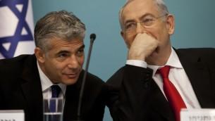 Le ministre des Finances Yair Lapid (G) et le Premier ministre Benjamin Netanyahu en conférence de presse en 2013 (Crédit : Flash90)