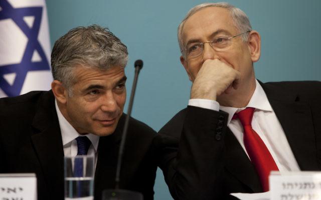 Yair Lapid, (à gauche), alors ministre des Finances, et le Premier ministre Benjamin Netanyahu, lors d'une conférence de presse en 2013. (Crédit: Flash90)