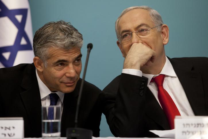 Yair Lapid, à gauche, alors ministre des Finances , et le Premier ministre Benjamin Netanyahu en 2013. (Crédit : Flash90)