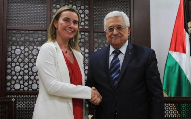 Le président de l'Autorité palestinienne, Mahmoud Abbas, et la chef de la politique étrangère de l'UE, Federica Mogherini à Ramallah le 8 novembre 2014 (Crédit : STR/Flash90)