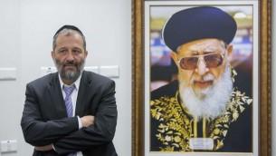 Le président du parti Shas, Aryeh Deri, lors d'une conférence de presse avec les médias ultra-Orthodoxes à Jérusalem le 15 septembre 2014 (Crédit : Yonatan Sindel/Flash90)