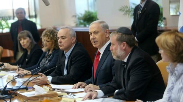 Le premier ministre, Benjamin Netanyahu, à la réunion hebdomadaire du cabinet le 9 novembre 2014 (Crédit : Alex Kolomoisky/POOL/Flash 90)
