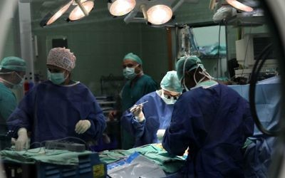 Les chirurgiens du centre médical Wolfson en train de réaliser une opération à cœur ouvert, le 12 septembre 2011 (Crédit : Nati Shoahat/Flash90)