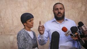 Les parents de Moshe Aharoni, le soldat gravement blessé lors de l'attaque, s'adressant aux médias  à l'hôpital Ein Kerem d'Hassadah où Moshe était soigné le 9 Novembre 2014 (Crédit : Hadas Parush/Flash90)