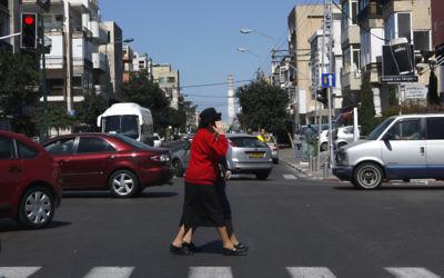 Les piétons peuvent être distraits par leur portable lorsqu'ils traversent la rue (Crédit : Nati Shohat/Flash90)