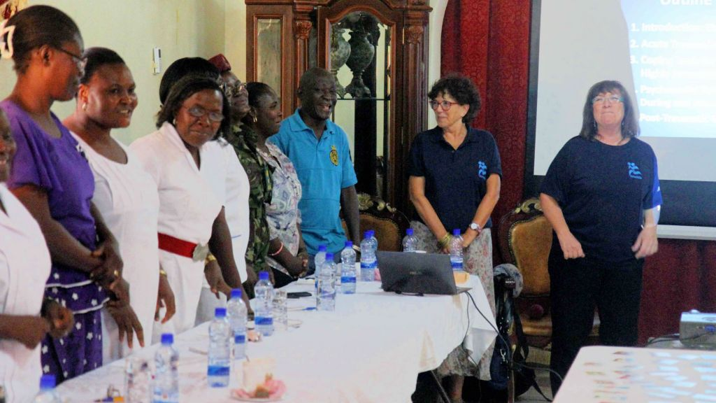 Les spécialistes des traumatismes psychologiques d'IsraAID Hela Yaniv (à gauche) et Sheri Oz lors d'une session de soutien en Sierra Leone en octobre 2014 (Crédit : Autorisation IsraAID/JTA)
