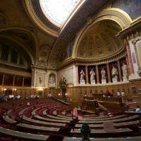 L'hémicycle du Sénat français en septembre 2009. (Crédit : Romain Vincens/CC BY SA 3.0/Wikimedia communs)