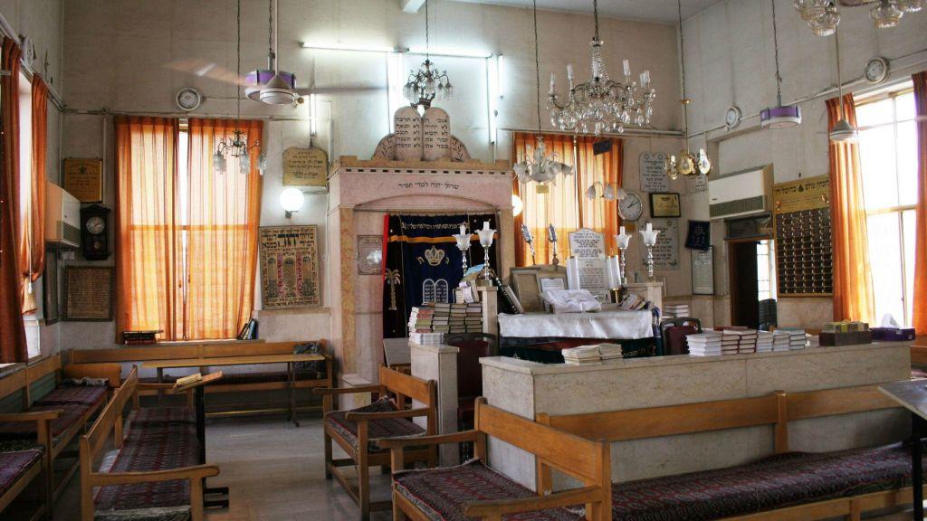 L'intérieur de la synagogue Urfali (Crédit : Shmuel Bar-Am)