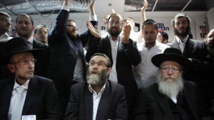 Moshe Gafni (centre) et Yaakov Litzman (droite) en janvier 2013 (Crédit : Yaakov Naumi/Flash 90)