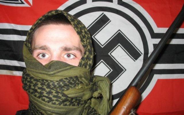 Illustration d'un neo-nazi (Crédit : CC BY-SA 3.0, par Froofroo, Wikimedia Commons)