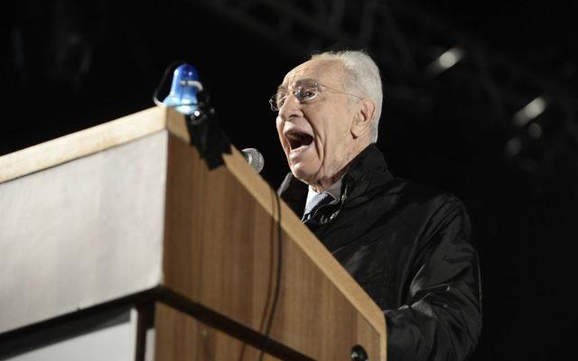 Shimon Peres à Tel Aviv le 1er novembre 2014 (Crédit : Tomer Neuberg/Flash90)
