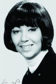 Sylvia Rafael, en bas à guache sa signature en hébreu (Crédit : Autorisation de Keshet Publishing)