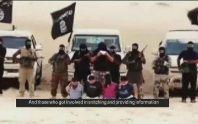 Les membres d'Ansar Bayt al-Maqdis récitent des phrases avant de décapiter quatre hommes accusés d'espionnage pour Israël, août 2014. (Crédit : Capture d'écran YouTube)